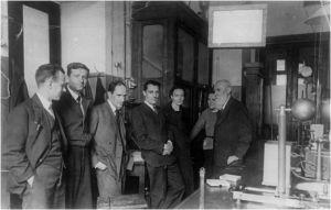И.В.Петрянов, Н.А.Фукс, А.Н.Фрумкин, Ж.Кюри, И.Кюри, Н.А.Бах, А.Н.Бах, (слева на право), 1935 год